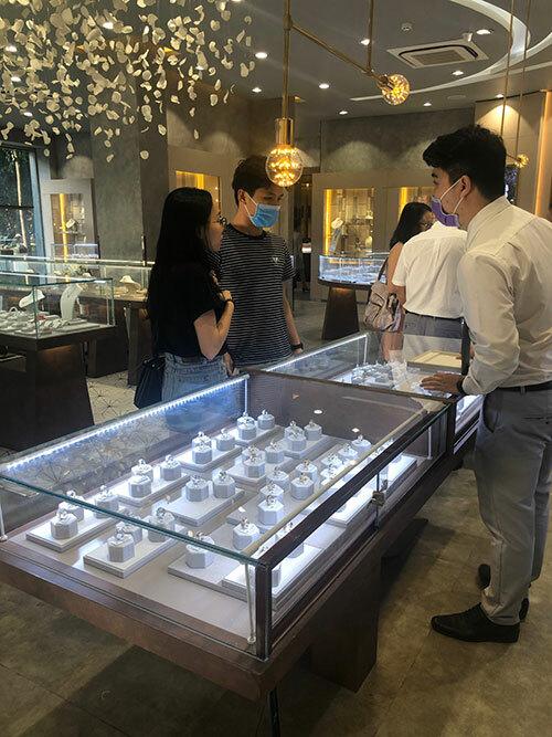Trước đó, ngày 14/2, nhiều cặp đôi tới 350 cửa hàng của PNJ để mua quà tặng nhau.