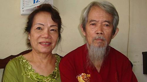Nghệ sĩ Nhân dânHuỳnh Nga (phải) bên vợ.Ảnh: Tuệ Diễm.