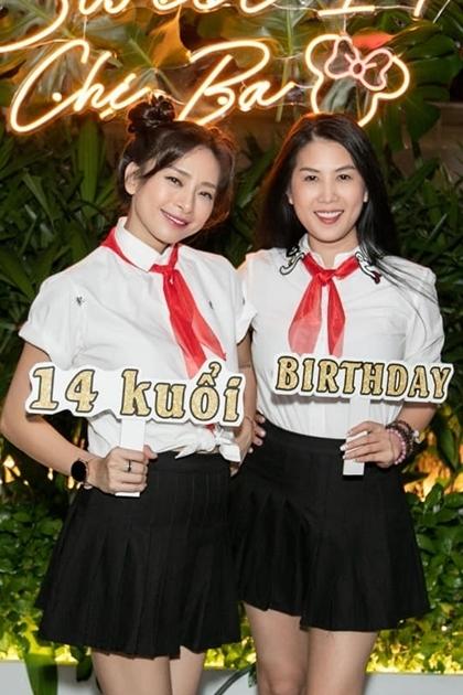 Bà mẹ hai con Thân Thúy Hà mặc đồng điệu cùng Ngô Thanh Vân.