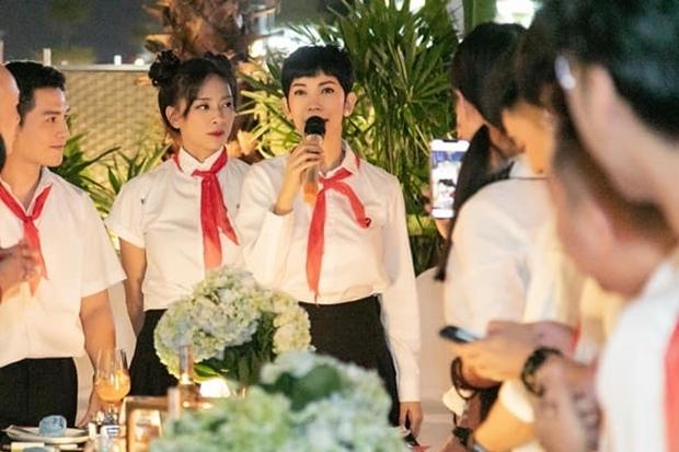 Diễn viên rưng rưng nước mắt khi Xuân Lan đại diện bạn bè chúc mừng sinh nhật.