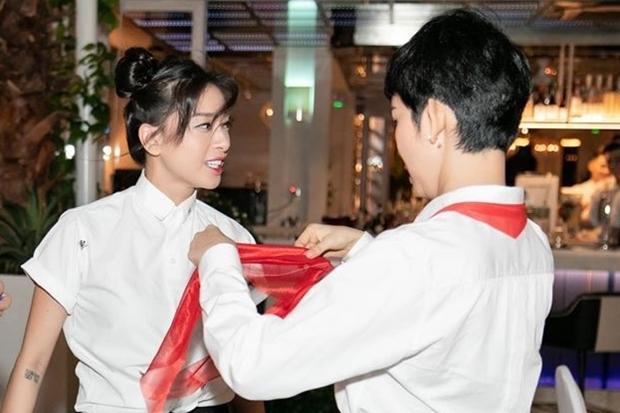 Ngô Thanh Vân được Xuân Lan giúp thắt khăn quàng đỏ. Bữa tiệc có chủ đề học sinh, trong đó, Ngô Thanh Vân đóng vai lớp trưởng.