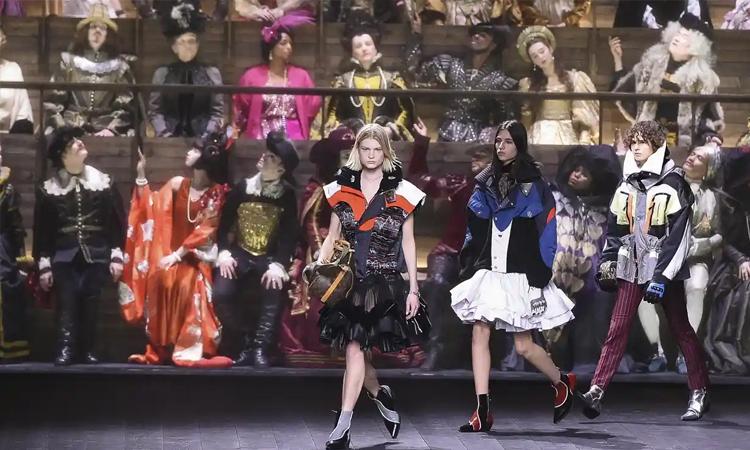 Louis Vuitton tổ chức show diễn bế mạc tuần lễ thời trang Paris tại bảo tàng Louvre hôm 3/3. Ảnh: Sipa.