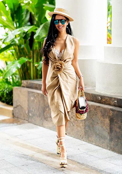 Hồng Nhung yêu thích thời trang đơn sắc nhưmàu đỏ, đen hoặc camel vì dễ phối phụ kiện.