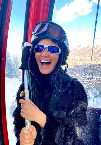 Tuần trước, tranh thủ thời gian nghỉ ngơivì dịch, Hồng Nhung cùng hai con đi trượt tuyết ở núi Aspen (Mỹ). Ca sĩ cho biết hiện hai điều ưu tiên trong cuộc sống của chị là chăm sóc con cái và cải thiện sức khỏe. Chị du lịch nhiều nơi hơn để các bécó thêm trải nghiệm.