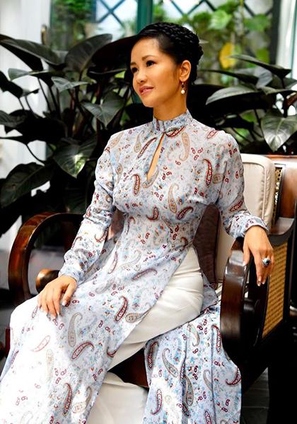Áo dài cũng là trang phục yêu thích của cô Bống. Ca sĩ chuộng những mẫucách tân và thường xuyên mặc biểu diễn trong các sự kiện trang trọng, nhất là các chương trình tưởng niệm cố nhạc sĩ Trịnh Công Sơn.