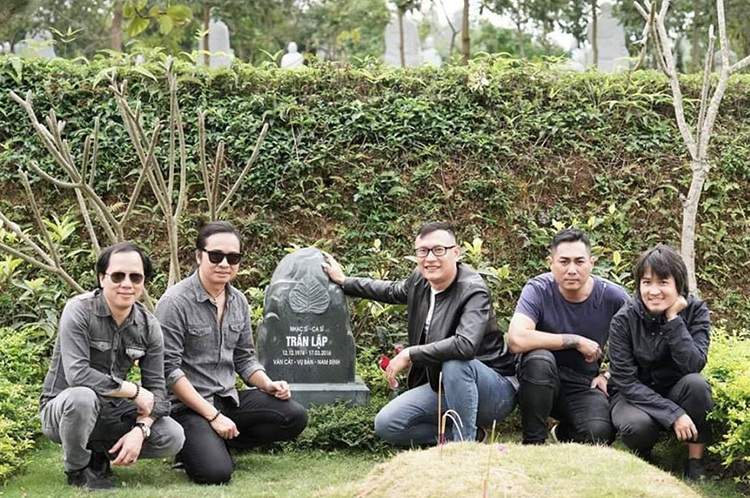 Các thành viên Bức Tường bên mộ cố nghệ sĩ hôm 29/2. Ảnh: Tuệ Ân.