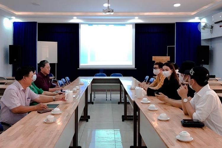 Hà Hồ, Lý Quí Khánh (áo đen, bên phải) tại cuộc họp. Ảnh: nhân vật cung cấp.