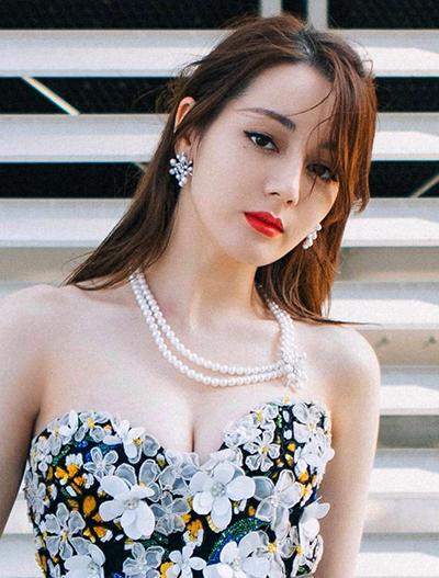 Địch Lệ Nhiệt Ba hiện nổi bật hàng đầu giới sao gốc Hoa, thường xuyên có tên trong các danh sách bình chọn sao nữ đẹp nhất. Diễn viên 28 tuổi quảng cáocho nhiều thương hiệu mỹ phẩm, quần áo.