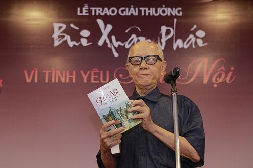 Nhà văn hóa Hữu Ngọc khi nhận Giải thưởng Lớn tại lễ trao giảiBùi Xuân Phái - Vì tình yêu Hà Nội