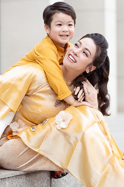 Nhật Kim Anh bên con trai dịp Tết Canh Tý. Ảnh: Hoàng Anh.