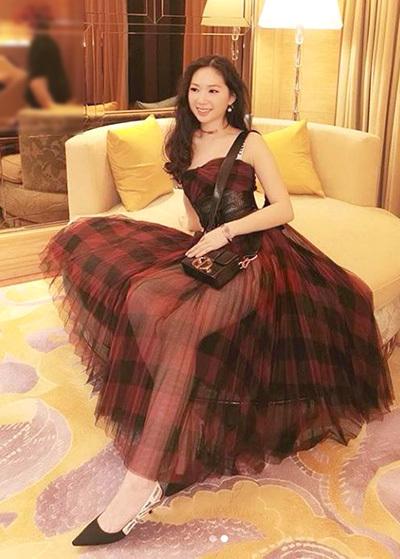 Váy áo hàng hiệu của con gái Chân Tử Đan - 2