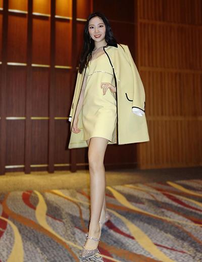 Váy áo hàng hiệu của con gái Chân Tử Đan - 6