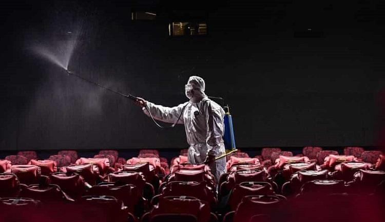 Nhân viên khử trùng một rạp ở Trung Quốc ngày 25/3. Ảnh: AFP.