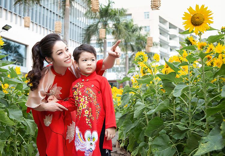 Nhật Kim Anh và con trai dịp Tết Canh Tý 2020. Ảnh: Hoàng Anh.