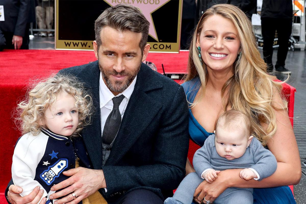 Ryan Reynolds cùng vợ và hai con gái nhận sao trên Đại lộ Danh vọng Hollywood năm 2016. Ảnh: Instagram.