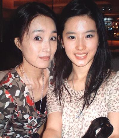 Lưu Diệc Phi (phải và dì.