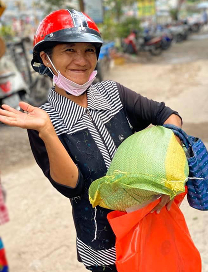 Người nghèo ở TP HCM nhận quà từ nhóm diễn viên Đại Nghĩa hôm  2/4. Ảnh: Đại Nghĩa