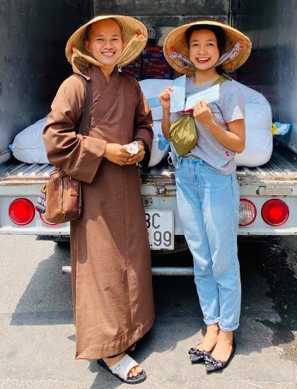 Lê Bê La cùng nhóm nghệ sĩ liên kết với các đoàn phật tử tặng lương thực cho người nghèo miền Tây. Ảnh: Lê Bê La.