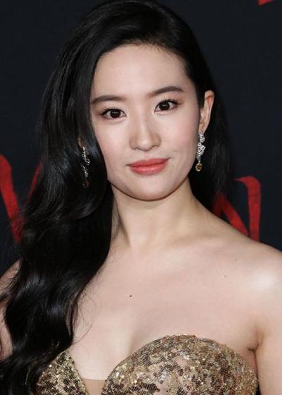 Nữ diễn viên ở tuổi 33. Năm ngoái, cô đóng chính trong Hoa Mộc Lan của hãng Disney, dự kiến chiếu hồi tháng 3 song phải hủy vì Covid-19.