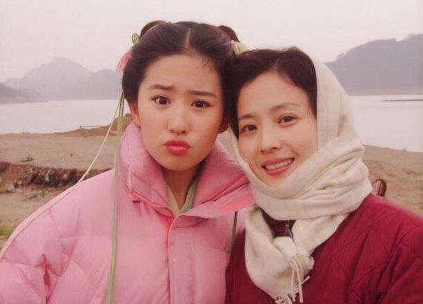 Bà Lưu Hiểu Lợi (phải), mẹ của Diệc Phi