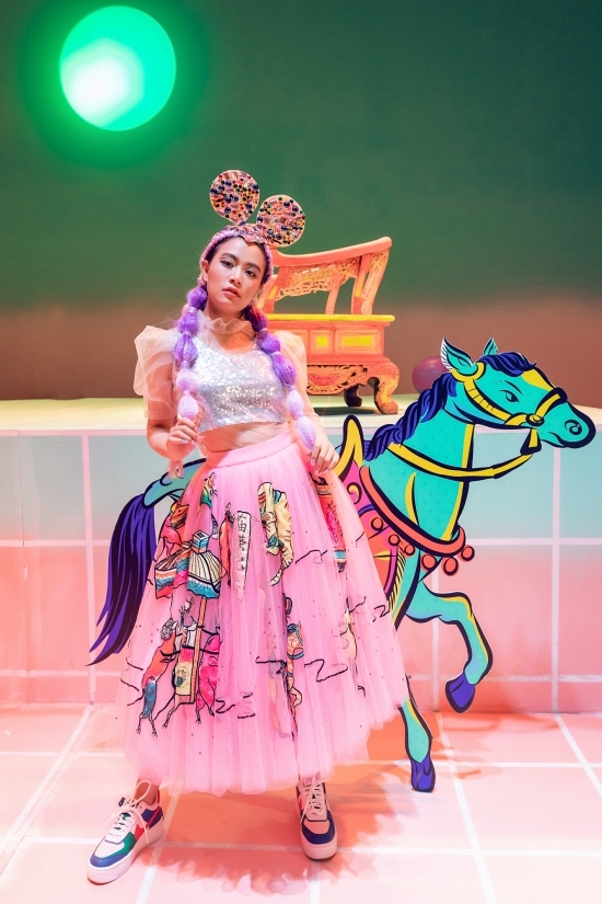 Váy áo của Hoàng Thùy Linh trong MV mới