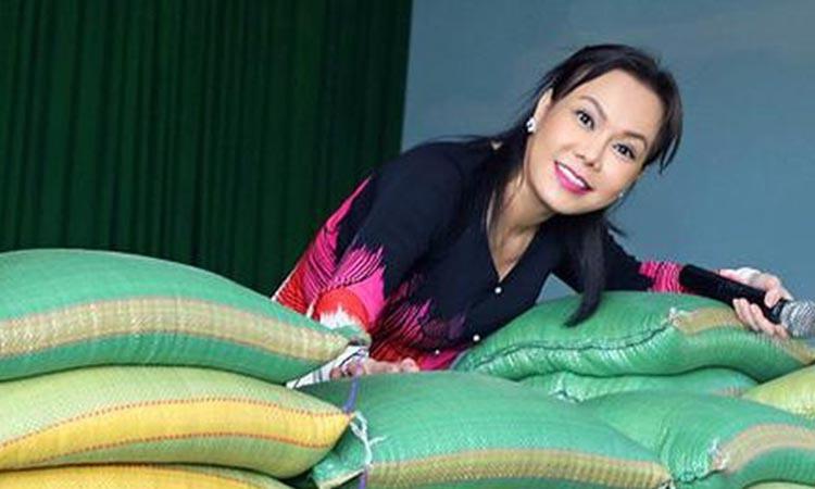 Việt Hương chuẩn bị 5 tấn gạo phát cho người nghèo trong đợt phòng, chống Covid -19. Ảnh: Facebook.
