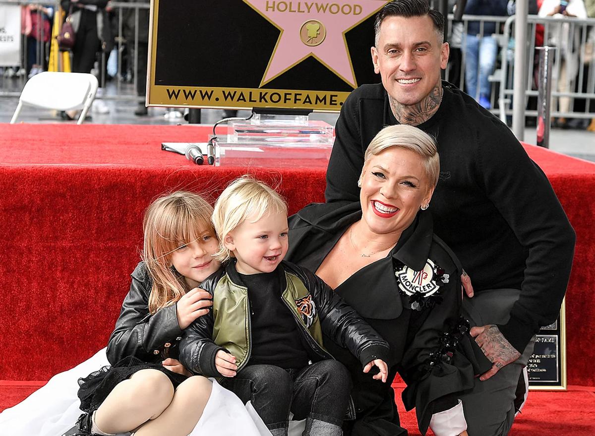Chồng cùng hai con dự lễ nhận sao trên Đại lộ Danh vọng Hollywood của Pink năm ngoái. Ảnh: AJC.