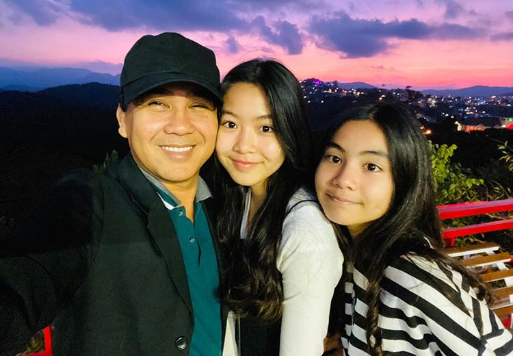 Quyền Linh cùng hai con nghỉ dưỡng ở Đà Lạt dịp đầu năm. Lọ Lem lớn hơn em gái hai tuổi, hiện học tại một trường quốc tế.