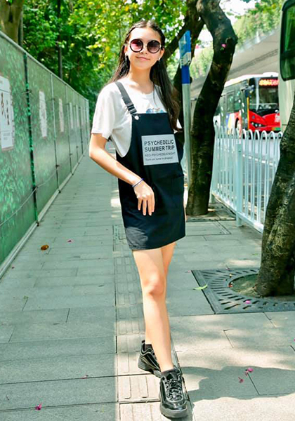 Cô bé chuộng phong cách năng động, đơn giản với váy yếm, áo thun phối giày sneaker.